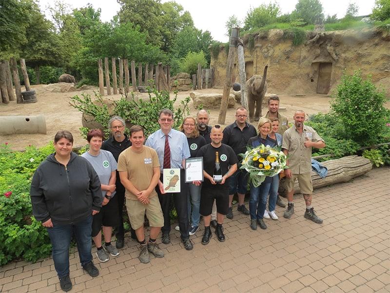 BdZ-Vorstand überreicht den BdZ-Biber an den Zoo Heidelberg (Foto: Zoo Heidelberg)