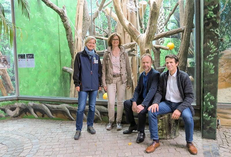 Vertreter des Zoos und der Sparkasse vor dem umgestalteten Lemurengehege