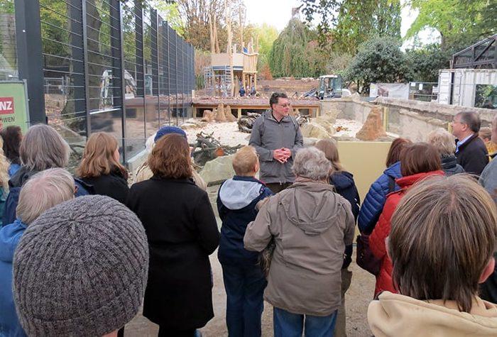 Zoodirektor Dr. Klaus Wünnemann informiert über die Besonderheiten der neuen Anlage. Foto: Zoo Heidelberg