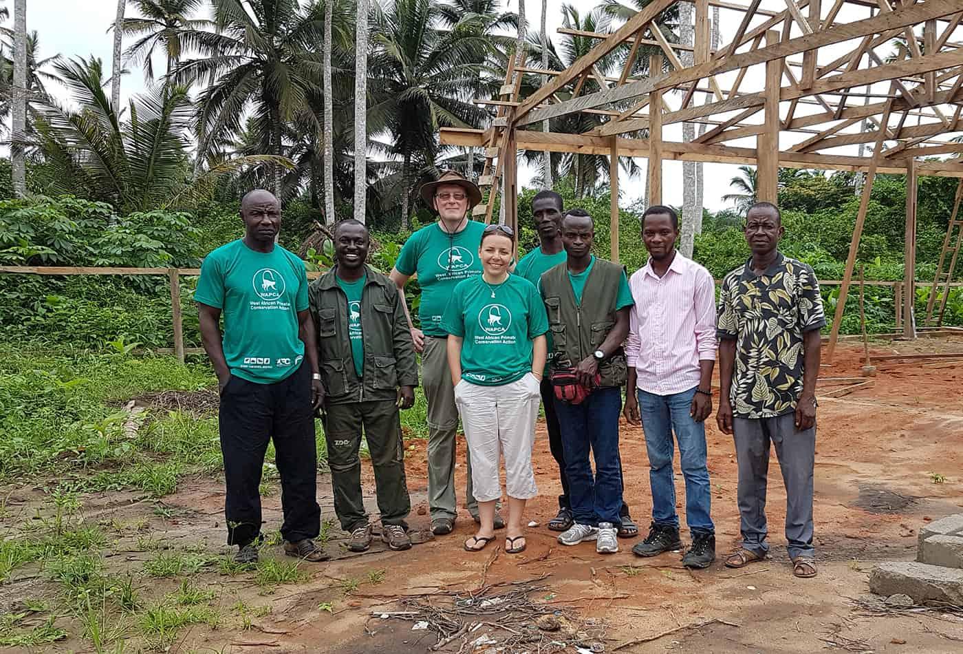 Zoodirektor Dr. Klaus Wünnemann (3.v.l.) gemeinsam mit dem WAPCA-Team in Ghana. Andrea Dempsey (Mitte) koordiniert das Projekt direkt vor Ort. (Foto: K.W./Zoo Heidelberg)