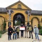 Vorstandsmitglieder und Beiräte des Vereins der Tiergartenfreunde Heidelberg überreichen Zoodirektor Dr. Wünnemann den Spendenscheck in Höhe von 30.000 Euro für die neue Gorilla-Anlage. (Foto: Zoo Heidelberg)